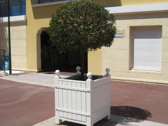 Installation of a public space planter in the town hall of Le Cannet