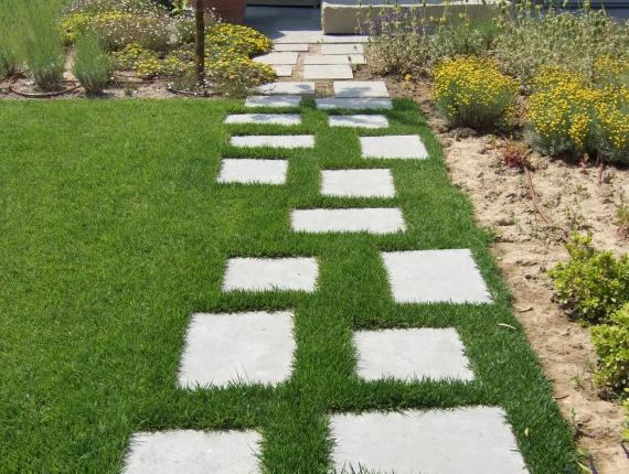 Pose de pas japonais et dalles dans jardin - création d'allée extérieure - Ex Jardins